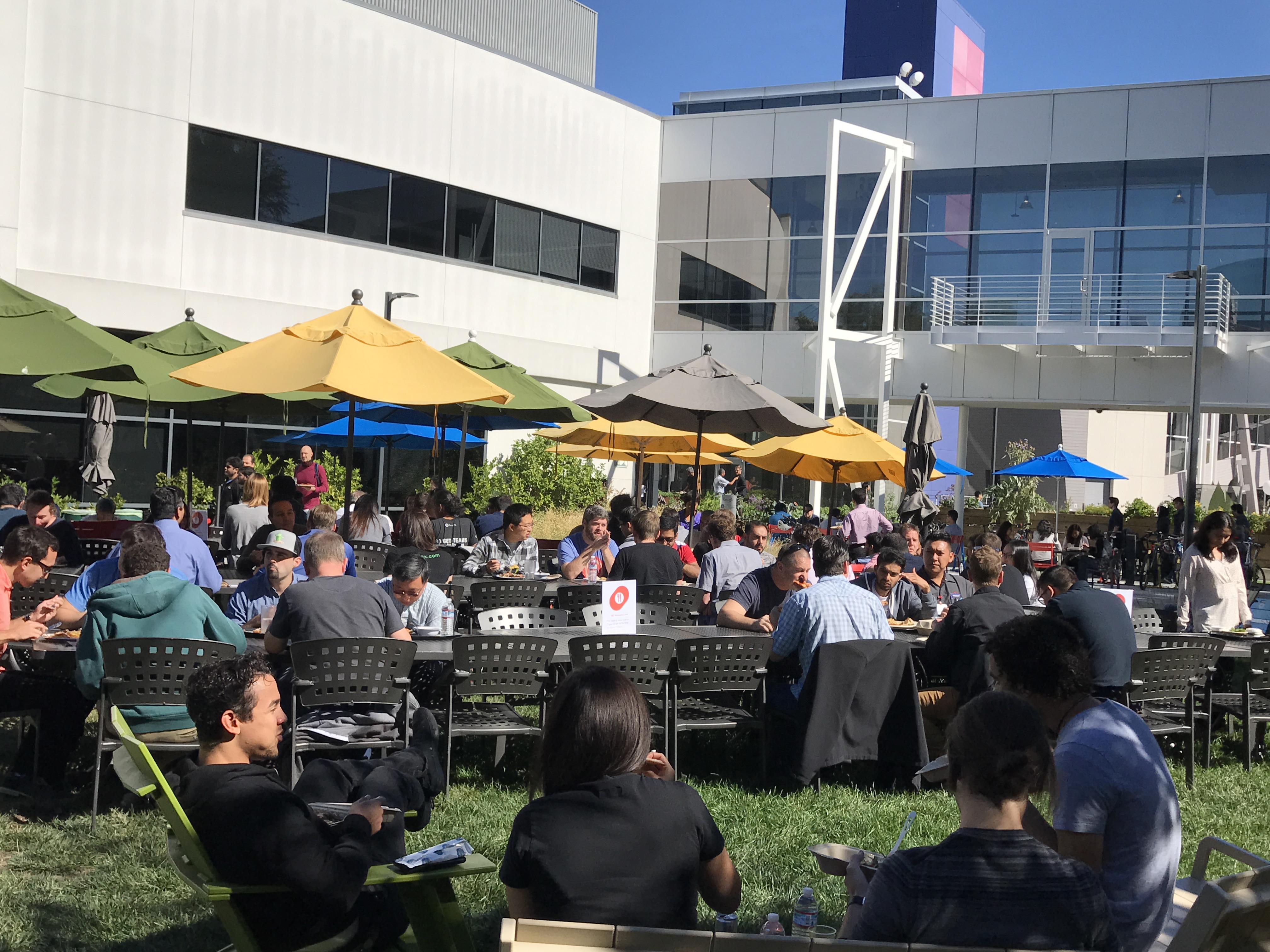 学员们与Google公司员工一同进餐和午休