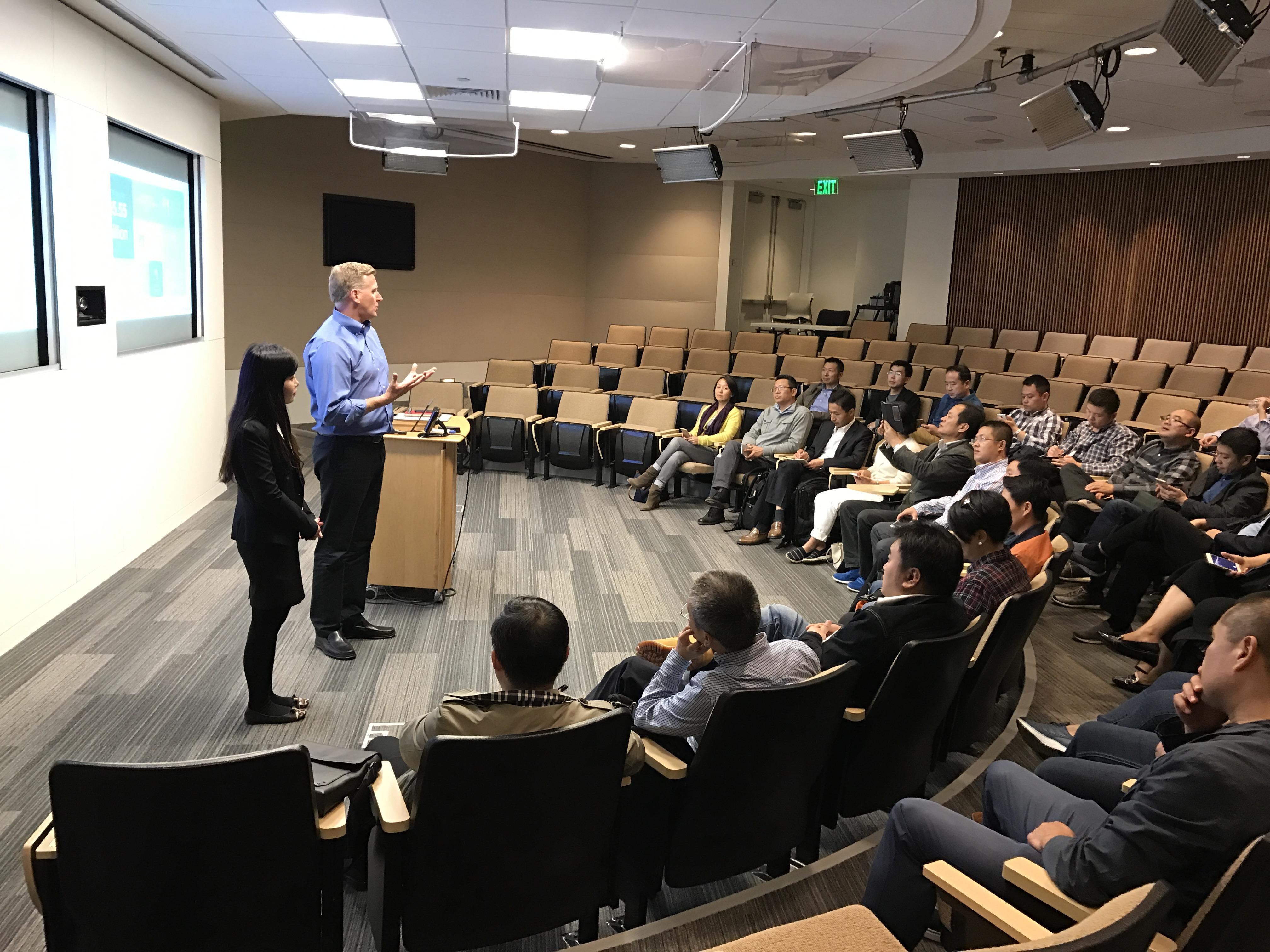 NetApp副总裁Howe先生为学员授课中