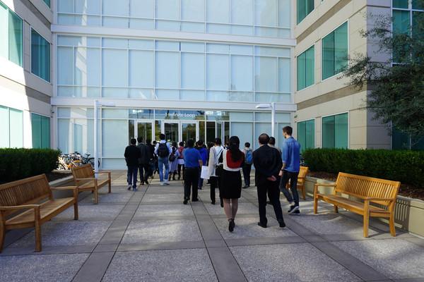 学员们走进苹果公司